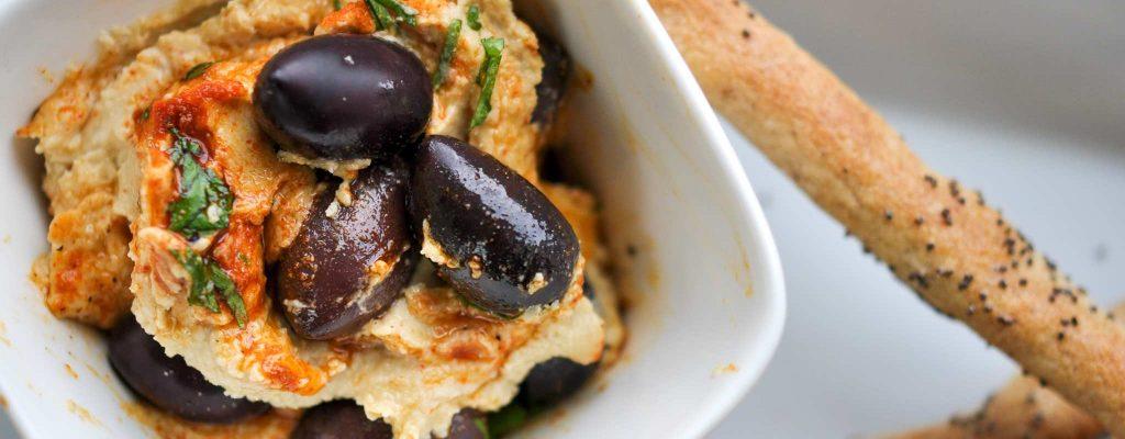 Mohngrissini und Hummus