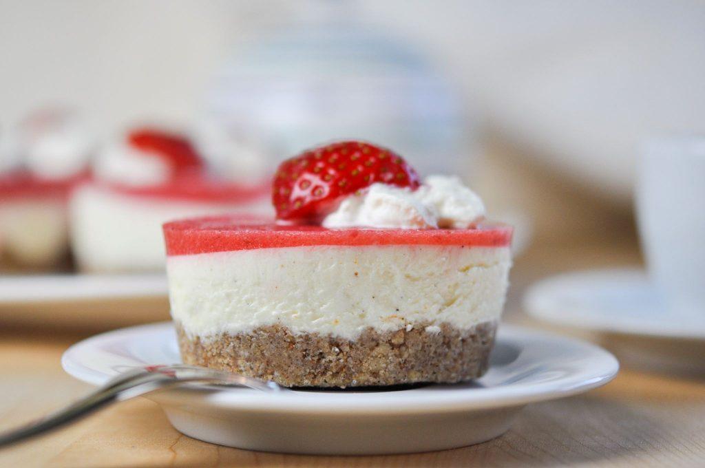 No bake Keto Erdbeer-Vanille-Orange Törtchen
