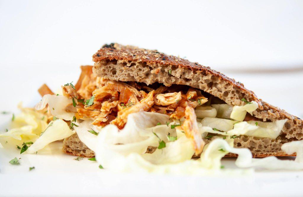 Ratz-Fatz Keto Pulled Chicken im Kartoffel-Sandwich-Brötchen